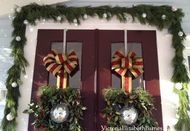DIY bow tutorial. How to make a large Christmas bow out of wired ribbon for your wreath, door, tree. Ribbon crafts. Hanging wreaths from ribbon or hooks on your front door. Easy, fast DIY decorations.